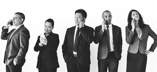 Geschäftsleute, die auf anruf sprechen