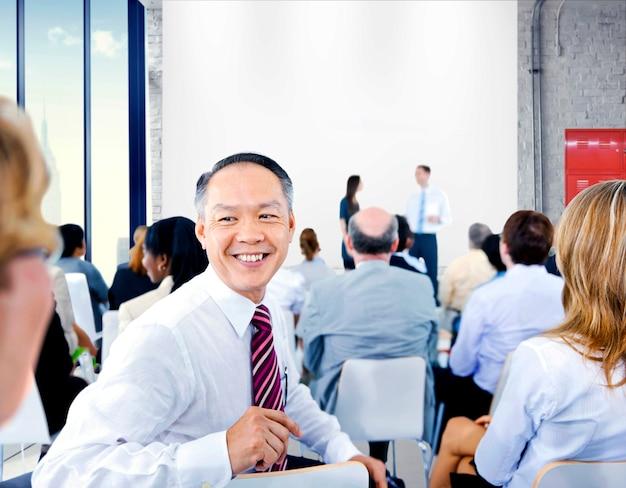 Geschäftsleute, die auf eine präsentation hören