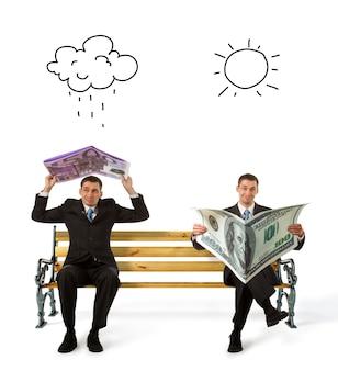 Geschäftsleute, die auf einer bank mit der währung in den händen sitzen