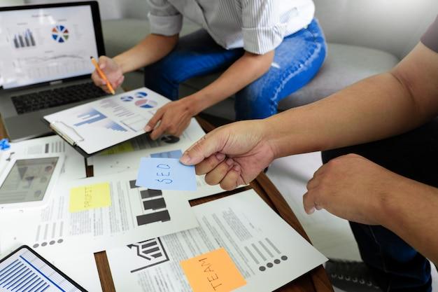Geschäftsleute, die auf haftnotizen für kollegen schreiben, die strategie-geschäftsplan oder über problem im coworking office denken, diverses brainstorm-geschäftstreffen-konzept.