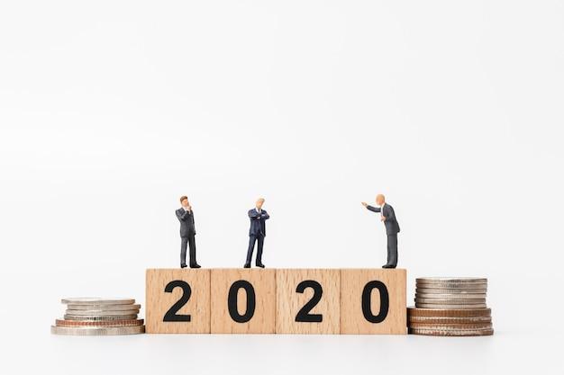 Geschäftsleute, die auf holzklotz nr. 2020 stehen