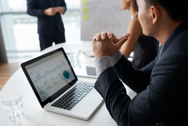 Geschäftsleute, die auf ihren kollegen bei der sitzung hören
