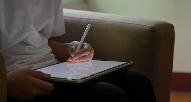 Geschäftsleute, die auf tablette am wohnzimmer zeichnen