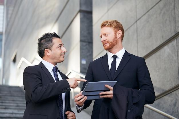 Geschäftsleute, die außerhalb des bürogebäudes arbeiten