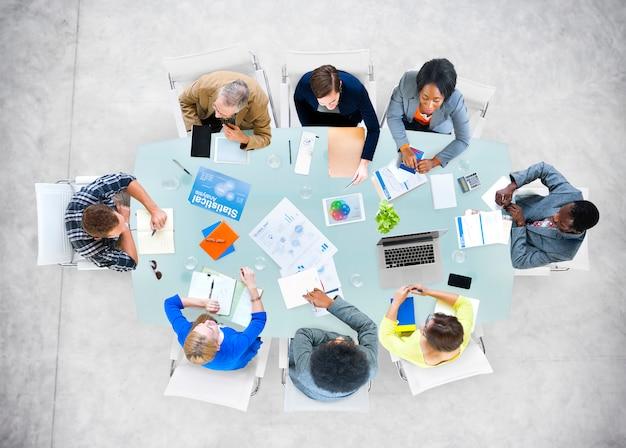 Geschäftsleute, die büro-sitzungs-konzept bearbeiten