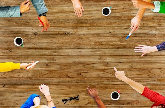Geschäftsleute, die das analysieren des gruppen-konzeptes treffen