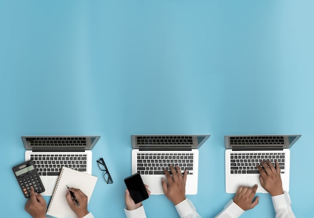 Geschäftsleute, die das projektmanagement analysieren, arbeiten hart an data analytics information business