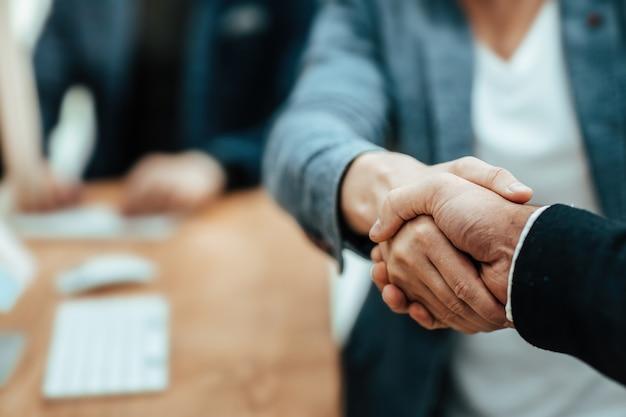 Geschäftsleute, die den deal mit einem handschlag bestätigen