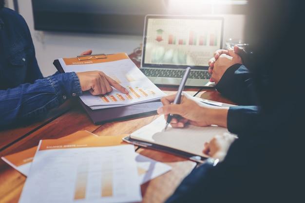 Geschäftsleute, die designideenkonzept treffen. geschäftsplanung für neues projekt