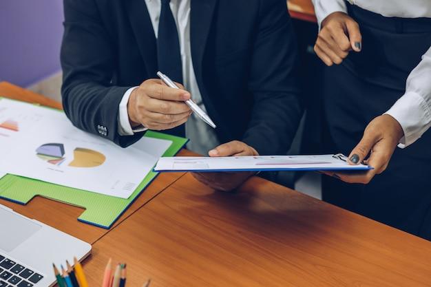 Geschäftsleute, die die ergebnisse des meetings überprüfen