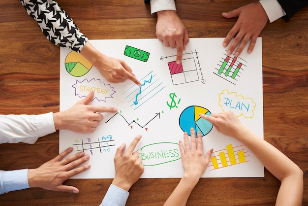 Geschäftsleute, die die geschäftsstrategie analysieren
