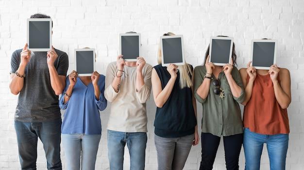 Geschäftsleute, die digital-tablet-sozialkonzept verwenden