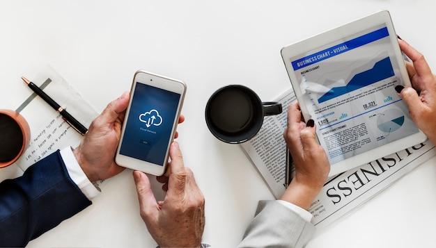 Geschäftsleute, die digitale geräte lokalisiert auf weißem hintergrund verwenden