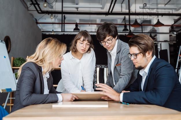 Geschäftsleute, die diskussion bei der sitzung haben