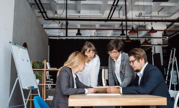 Geschäftsleute, die diskussion, streit bei der sitzung oder bei den verhandlungen haben