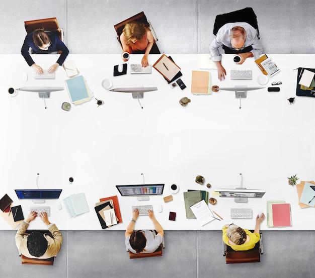 Geschäftsleute, die diskussions-arbeitsbüro-konzept treffen