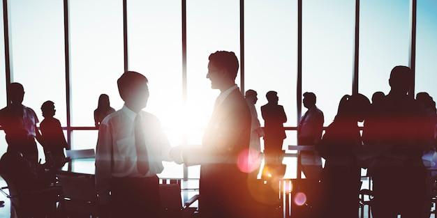 Geschäftsleute, die diskussions-unternehmenshändedruck-konzept treffen