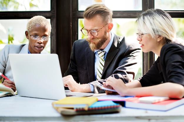 Geschäftsleute, die diskussions-unternehmenskonzept gedanklich lösen