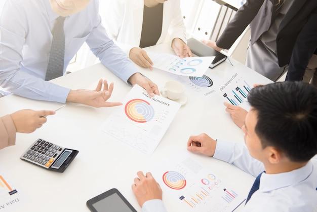 Geschäftsleute, die dokumente in der sitzung besprechen