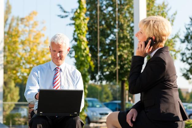 Geschäftsleute, die draußen arbeiten