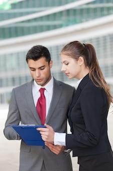 Geschäftsleute, die ein dokument lesen
