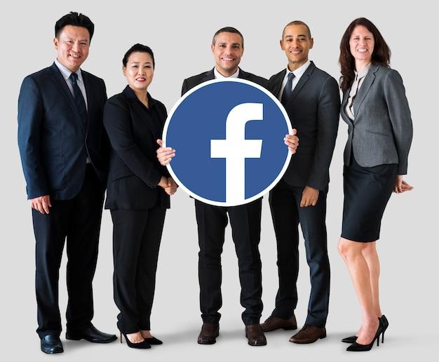 Geschäftsleute, die ein facebook-symbol zeigen