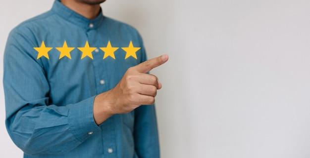 Geschäftsleute, die ein hellblaues hemd tragen, um den zufriedenheitsgrad mit kopienraum auszuwählen.