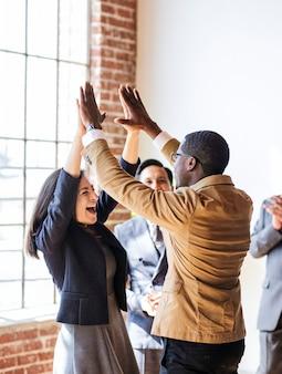 Geschäftsleute, die ein high five machen