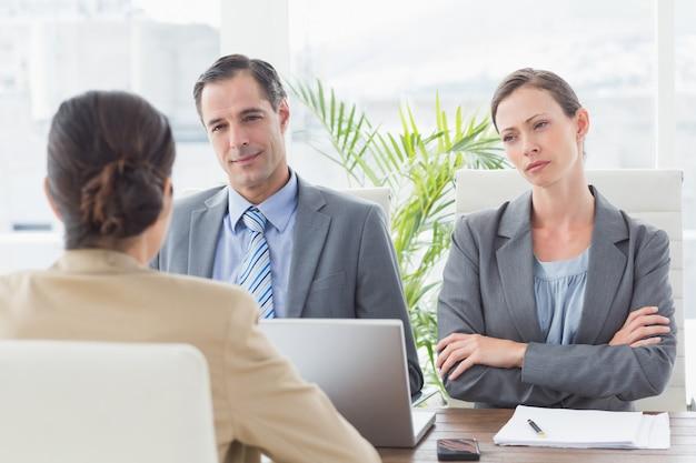 Geschäftsleute, die ein interview führen