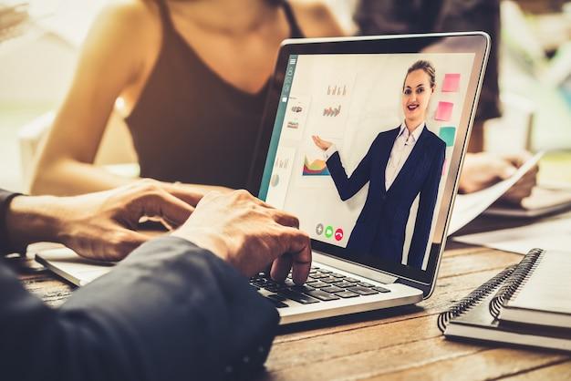 Geschäftsleute, die ein meeting online haben
