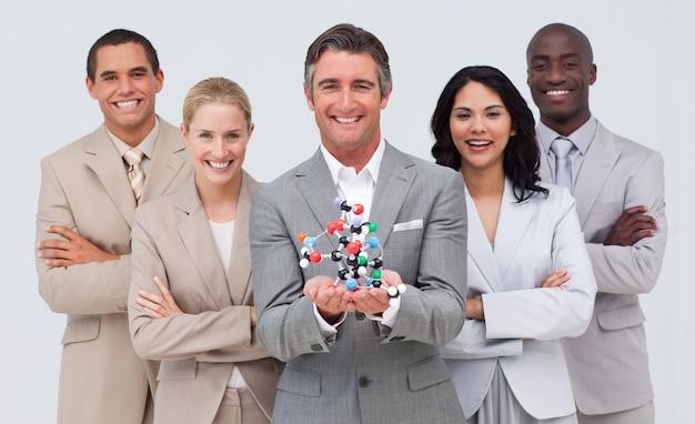 Geschäftsleute, die ein molekülmodell halten. scince und geschäftskonzept