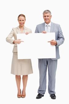Geschäftsleute, die ein plakat zeigen