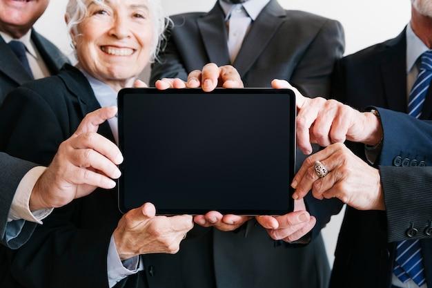 Geschäftsleute, die ein tablet präsentieren