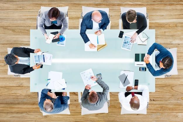 Geschäftsleute, die eine besprechung im büro haben