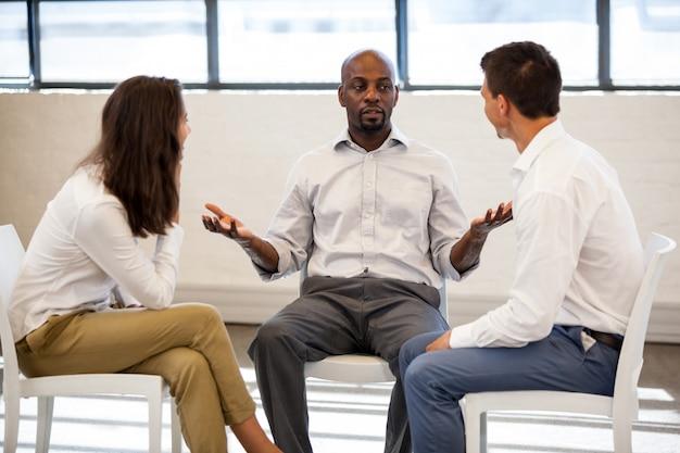 Geschäftsleute, die eine diskussion beim sitzen haben