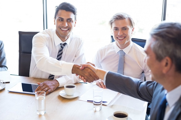 Geschäftsleute, die eine diskussion im konferenzraum im büro haben