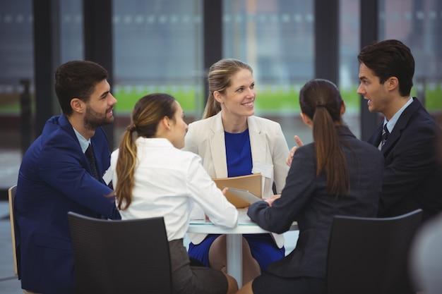 Geschäftsleute, die eine diskussion in der besprechung haben