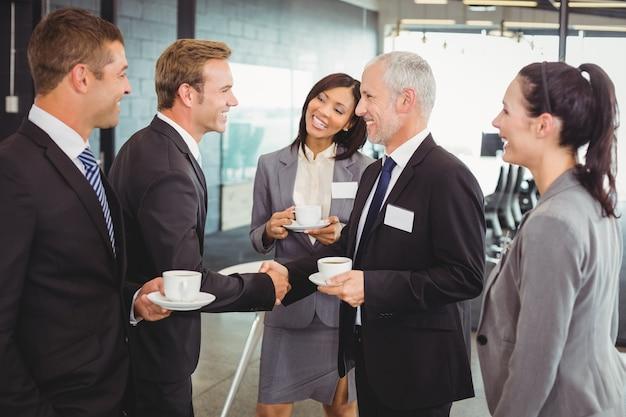 Geschäftsleute, die eine diskussion während der pause haben