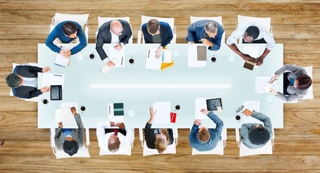 Geschäftsleute, die eine sitzung im büro haben