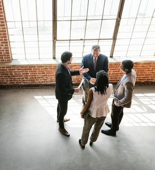 Geschäftsleute, die eine vereinbarung durch händeschütteln treffen