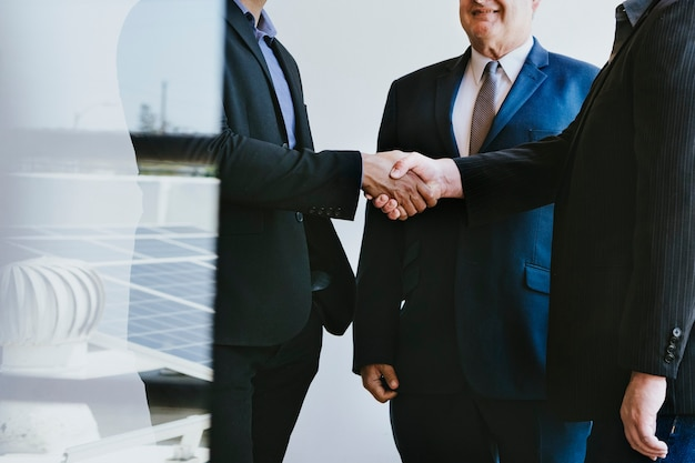 Geschäftsleute, die eine vereinbarung treffen