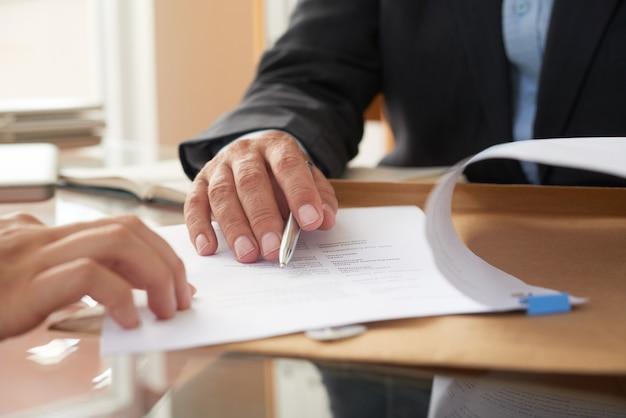 Geschäftsleute, die einen vertrag unterzeichnen