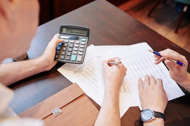 Geschäftsleute, die einnahmen berechnen