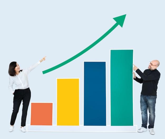 Geschäftsleute, die entwicklung auf einem diagramm zeigen