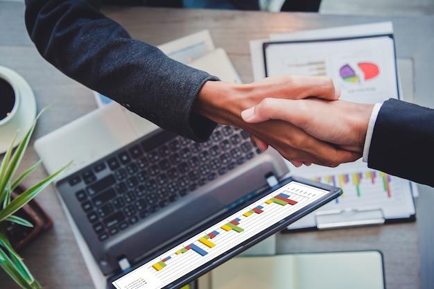 Geschäftsleute, die erfolgreichen teamleiter und geschäftstreffen des handpartners rütteln.