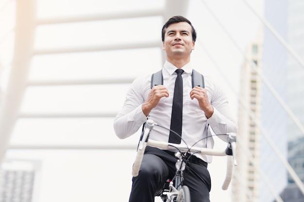 Geschäftsleute, die fahrräder fahren