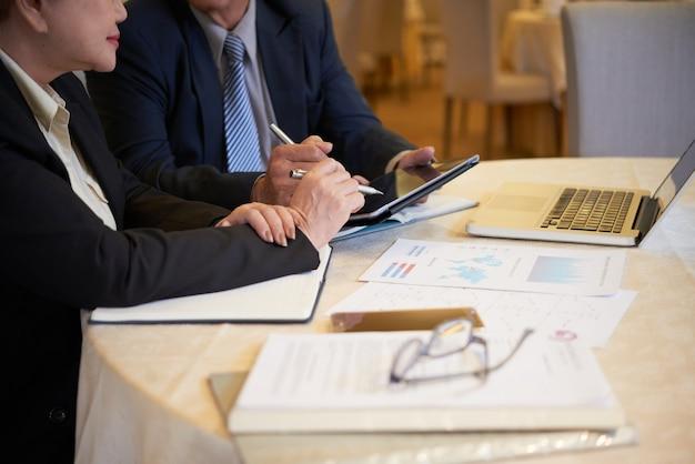 Geschäftsleute, die finanzdaten diskutieren