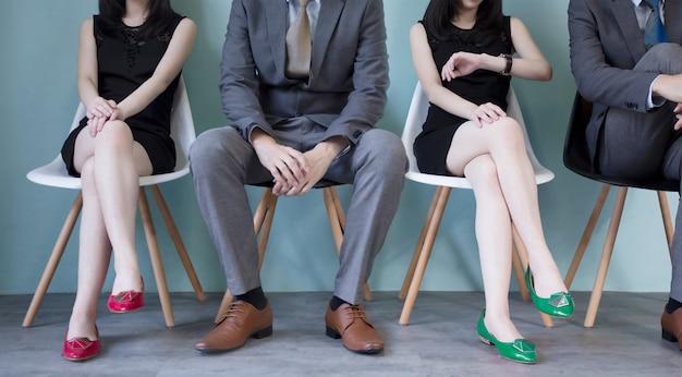 Geschäftsleute, die geduldig auf geschäftsinterview sitzen und warten