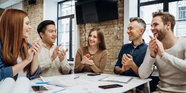 Geschäftsleute, die gemeinsam an einem neuen projekt arbeiten