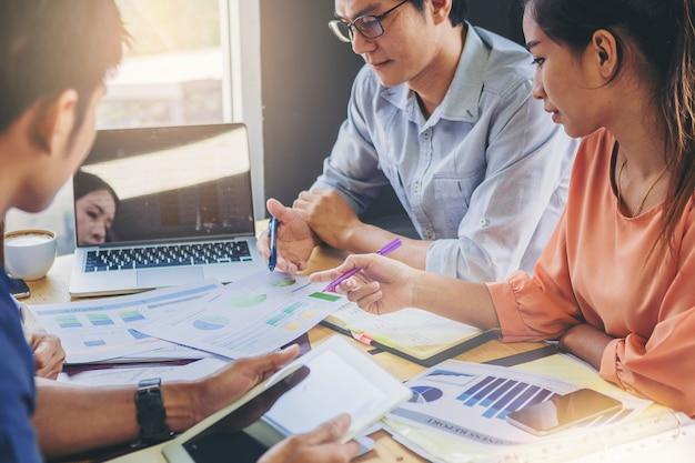 Geschäftsleute, die gemeinsam in teamwork daten analysieren und neue projekte planen